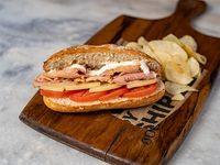92 - Montadito de lomo al ajillo, queso manchego, tomate y mayonesa