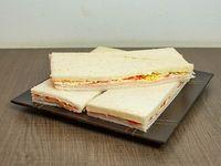 Sándwiches de jamón, tomate y huevo
