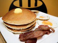 Pancakes con huevo y bacon (3 unidades)