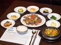 Combo 1 - Bulgogui + arroz + 7 banchan (guarniciones) + sopa de soja coreana