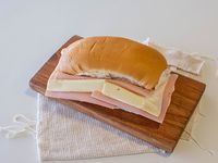 Sándwich pebete de jamón y queso