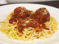 Spaghetti con albóndigas en salsa roja y pan