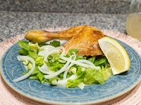 Pata y muslo de pollo con ensalada