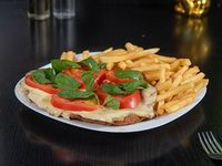 Milanesa capresse con papas fritas o papas rústicas