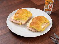 Medialuna de jamón y queso con jugo bc