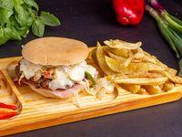 Sándwich de hamburguesa súper costumbres con papas fritas