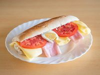 Súper sándwich de jamón, queso, tomate y huevo duro