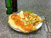 Milanesa de carne napolitana con guarnición
