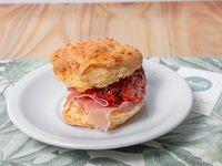 Sandwich de scone de queso con jamon crudo y tomate confitado