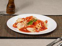 Sorrentinos de ricota y espinaca con salsa fileto y tomate cherry salteado