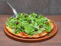 Pizza con jamón crudo, rúcula y tomates secos