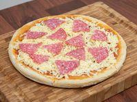 Pizza con muzzarella y salame