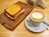 Promo 4 - Tostado de jamón y queso + café con leche