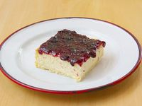 Cuadrado cheesecake con dulce de moras