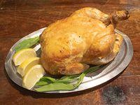 Pollo entero al spiedo con papas fritas