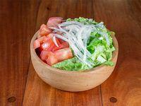 Ensalada clasica lechuga, tomate y cebolla