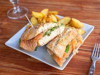 Bocatta de rúcula, salmón y queso crema