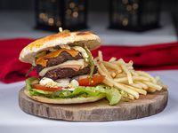 Hamburguesa doble carne artesanal con cheddar y papas fritas