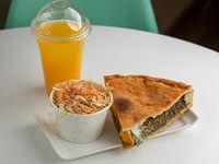 Menú saludable - tarta de brocoli y queso + ensalada individual + exprimido de naranja