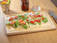 Pizza con rúcula y tomate cherry