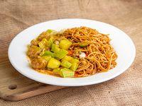 Fideos chow mein con zapallito salteado con proteína de soja salsa curry