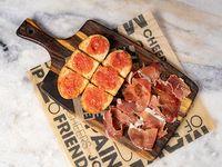 Tabla de pan tumaca con jamón serrano