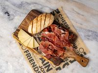 Tabla de jamón serrano con queso manchego