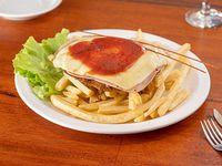 Milanesa napolitana de carne con salsa, muzzarella, jamón y guarnición