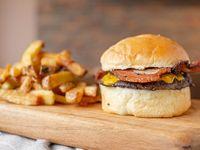 Cheese & bacon burger simple con papas fritas