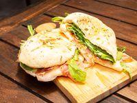 Sándwich de jamón crudo, queso y rúcula