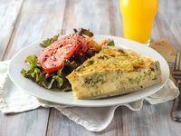 Tarta a elección con ensalada de lechuga, tomate y zanahoria