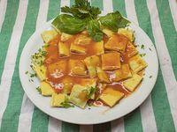 Ravioles de verdura y pollo caseros con estofado