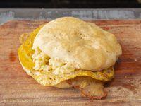 Sándwich de milanesa con muzzarella y huevo