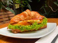 Croissant Estilo Francés con Jamón y Queso