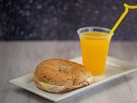 Bagels rellenos de jamón y mozzarella + jugo de naranja exprimido 300 ml