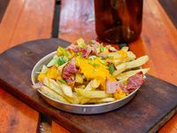 Papas fritas con cheddar, panceta y verdeo