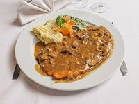 Milanesa de pollo con champignon y de puré de papa y calabaza