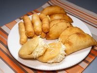Box 4 - 6 mini empanadas + 2 mini arepas + 6 tequeños