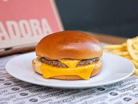 Cheeseburger junior con papas fritas