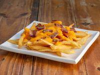 Papas fritas con cheddar y panceta
