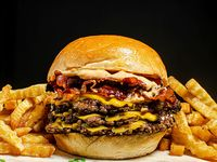 Triple 33 burger con papas fritas