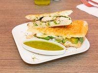 Panini de pollo, queso, palta y espinacas
