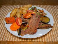 Martes - Carne al horno con papas, cebolla, morrón y salsa criolla