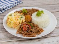 Ropa vieja con arroz blanco, minestra, ensalada del día y tajadas + Postre