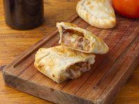 Empanada de ciruela, panceta y queso
