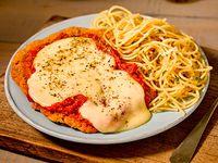 Milanesa de pollo napolitana con fideos