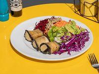 Rolls de berenjenas rellenos de hummus con ensalada