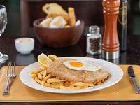 Milanesa de lomo con papas y huevo frito