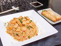 Wok con arroz y salmón + 2 arrolladitos primavera de carne