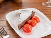 Marquise de chocolate con quinotos en almibar